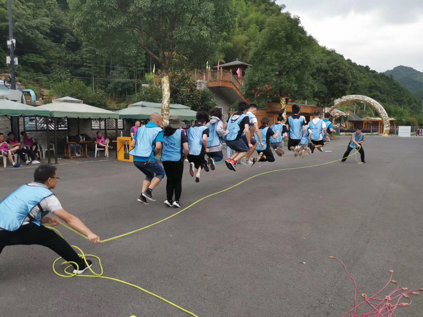 swing and jump, 10+ person game
